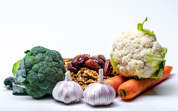 alimentacao-saudavel-brocolis-cenoura-couve-flor-alho-e-castanhas-130930-article