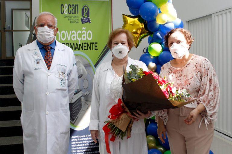 Dra. Ana Lúcia Leistner entre os oncologistas Fernando Medina e Mary da Silva Thereza durante homenagem que lhe foi conferida pelos 25 anos de trabalho no CECAN