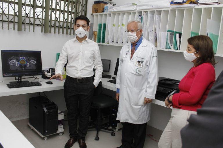 O físico Danilo Bérgamo conduziu autoridades por um 'tour' pela Unidade de Radioterapia do CECAN