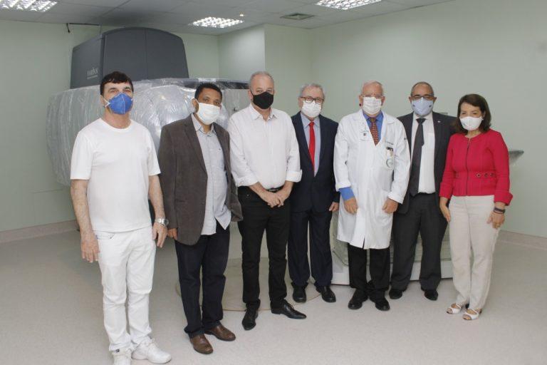 Autoridades durante visita às instalações que receberam o novo equipamento