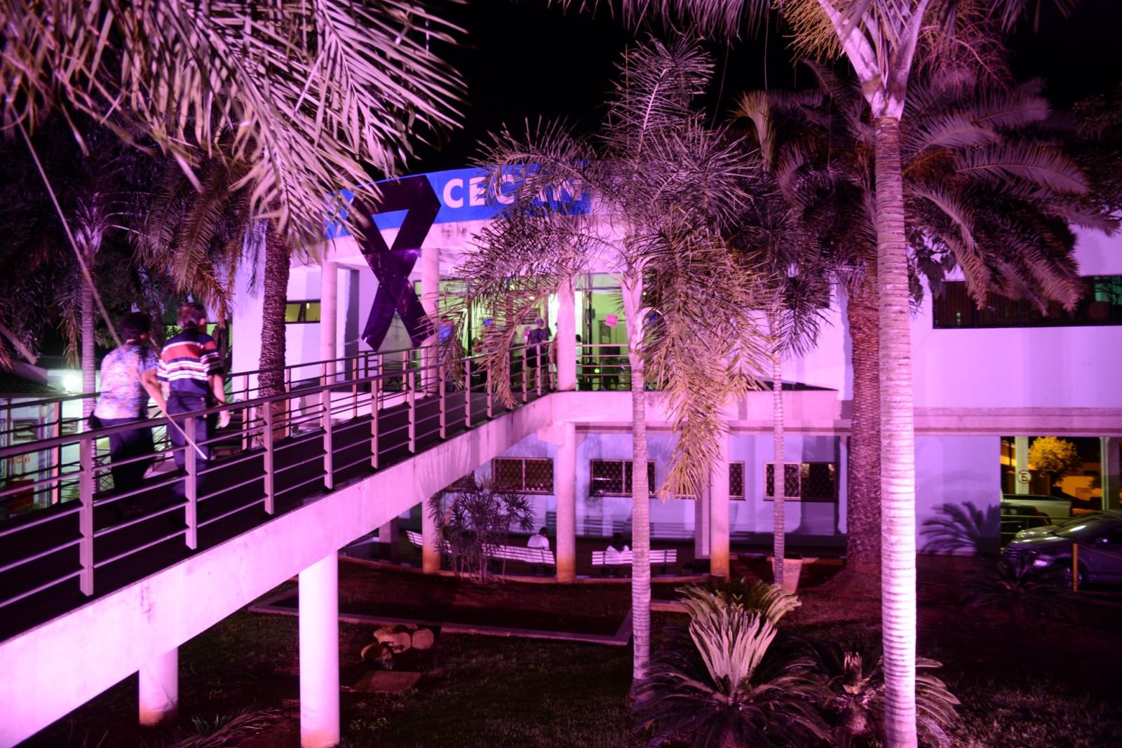 F2- Prédio do CECAN já está iluminado de rosa à noite
